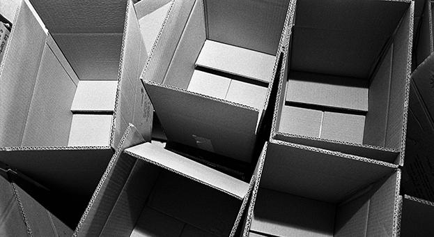 In un supermercato nella giornata nazionale della colletta alimentare le scatole sono pronte ad accogliere le offerte alimentari liberamente offerte dalla clientela del centro commerciale