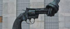 Meno armi, più ospedali