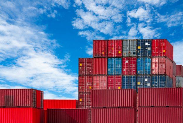 logistica-per-container-cargo-e-spedizioni-nave-porta-container-per-logistica-di-importazione-ed-esportazione-stazione-merci-container-industria-logistica-da-porto-a-porto_33867-678